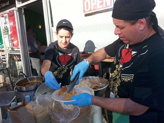 Sal y Limon preparing the tostadas